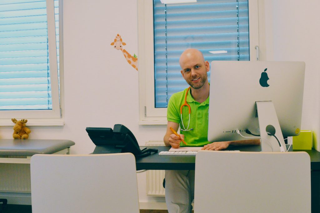 Thomas Bartz in einem Behandlungszimmer